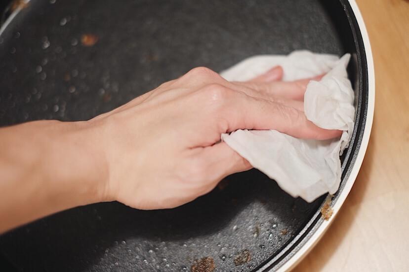 キッチンペーパーに水とちょっと洗剤を混ぜたものを含ませて拭き取る