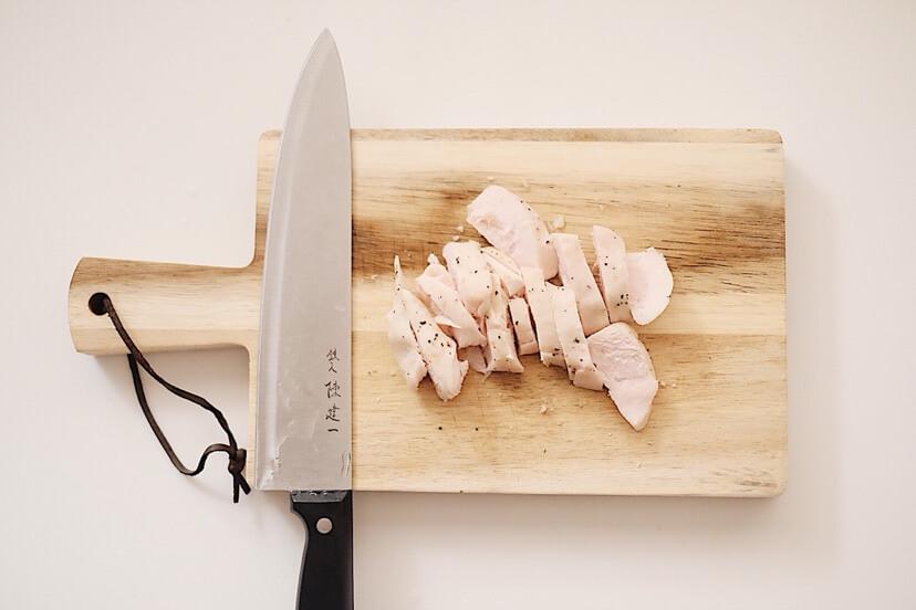 サラダチキンを食べやすい大きさに切ります