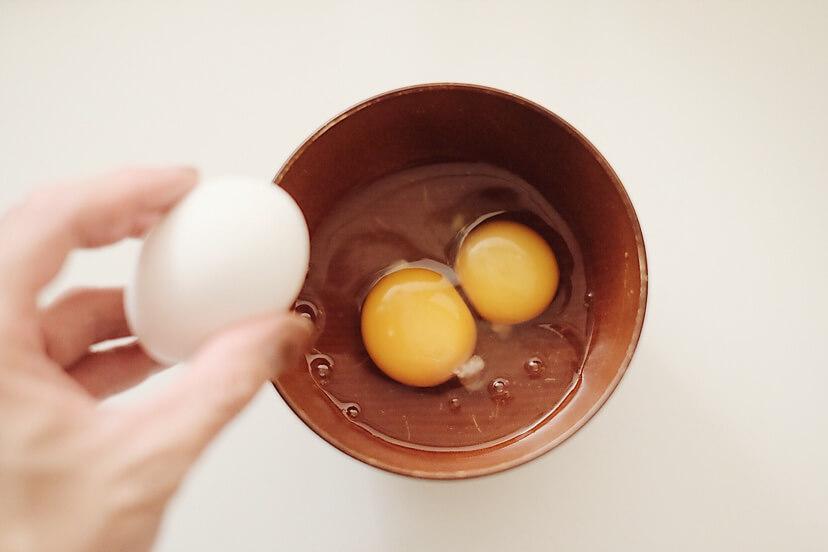 卵を三個器に割ります