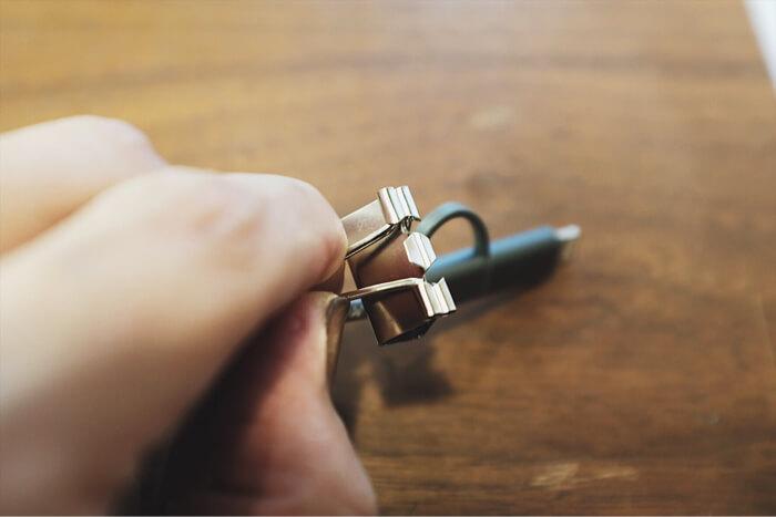 ケーブルが通らない時は握る部分を外すことで対応する