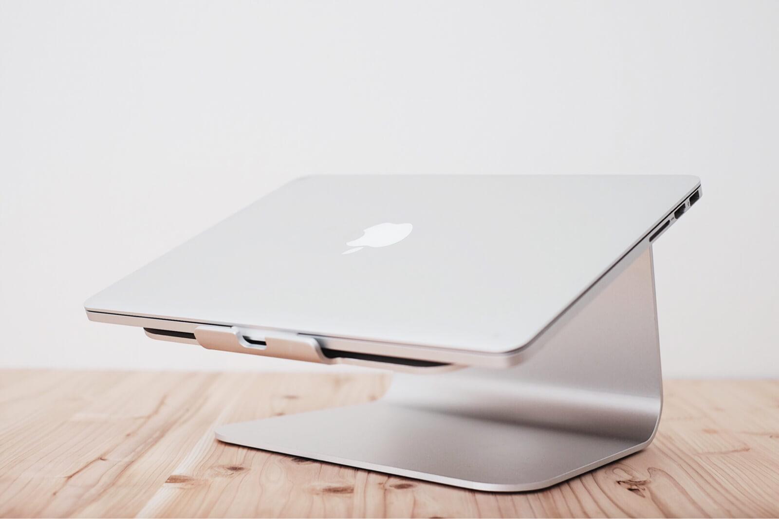 実際にMacBook Proを載せてみたところ