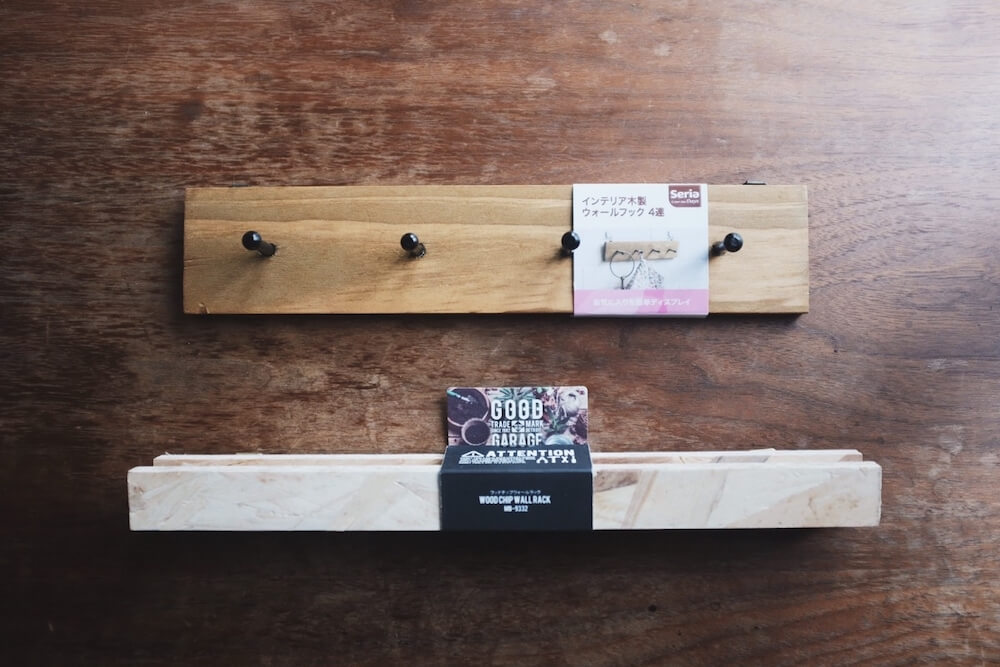 セリアのウッドチップウォールラックとインテリア木製ウォールフック4連てやつです。