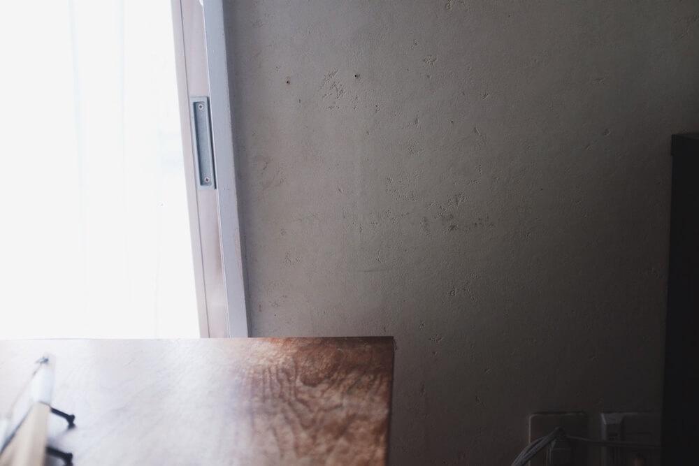 ここの壁に貼り付けていきます。ちゃんとやる人は下地に付けるポイントとか目安をつけるんでしょうが、めんどくさいので一発勝負です。