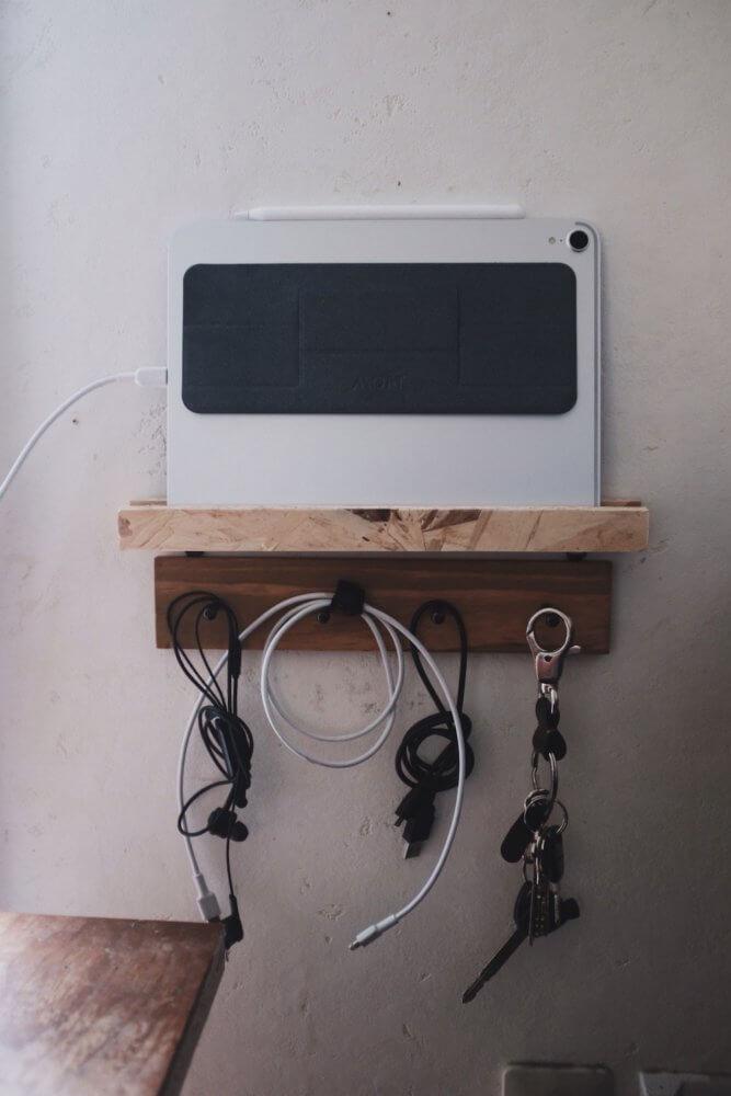 ひっくり返してやれば左側に端子がきます。充電しながら収納も可能。