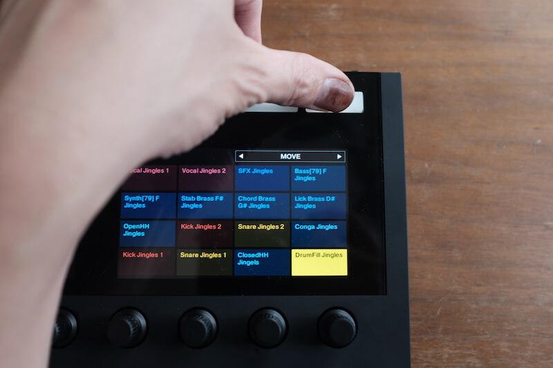 シフトを押したままディスプレイの右上に出ている【MOVE】を動かすだけ。選択してあるサウンドが一つずつ移動します。